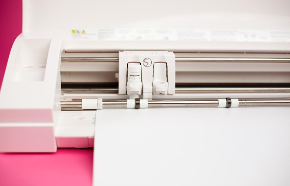 Nun können Sie Ihr Design aus der Siebdruckfolie mit Ihrem Hobbyplotter herausschneiden.
