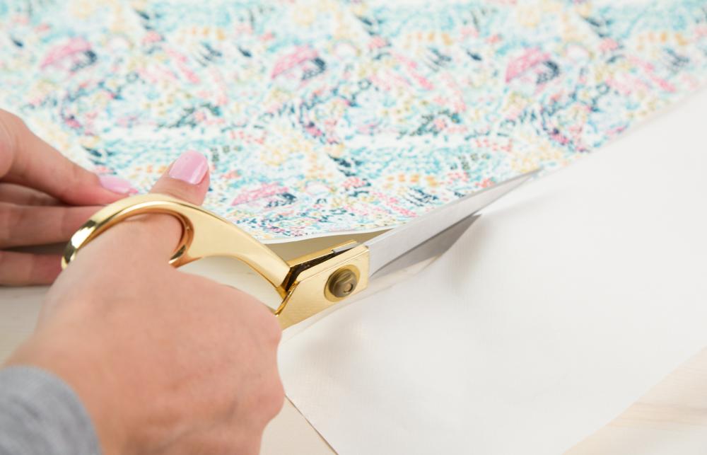 Schneiden Sie Ihren Stoff auf die Größe Ihres Designs zu.