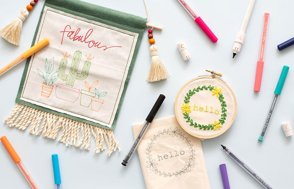 Im Sortiment von Fabric Quill gibt es verschiedene Arten von Stoffstiften: Permanent Marker, Stifte zum Bleichen und auswaschbare Stoffstifte.