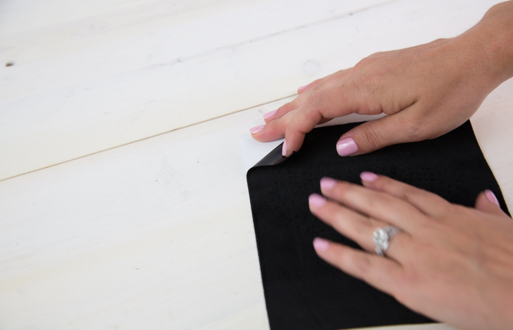 Ist Ihr Design ausgeschnitten können Sie Ihre Schablone vom weißen Trägermaterial abziehen.