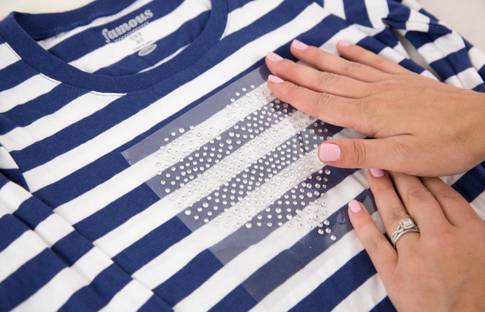 Platzieren Sie Ihre Strasssteine mit der Trägerfolie auf ihr Textil.