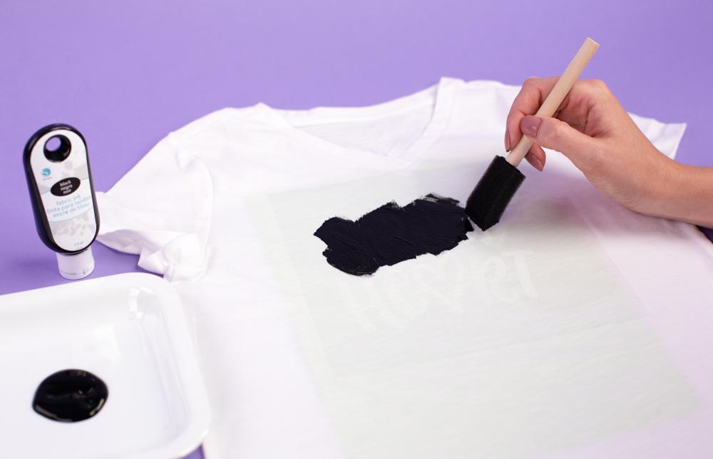 Mit einem Karton direkt unter Ihrer Seite auf der Sie die Textilfarbe anwenden, verhindert ein abfärben der Farbe.