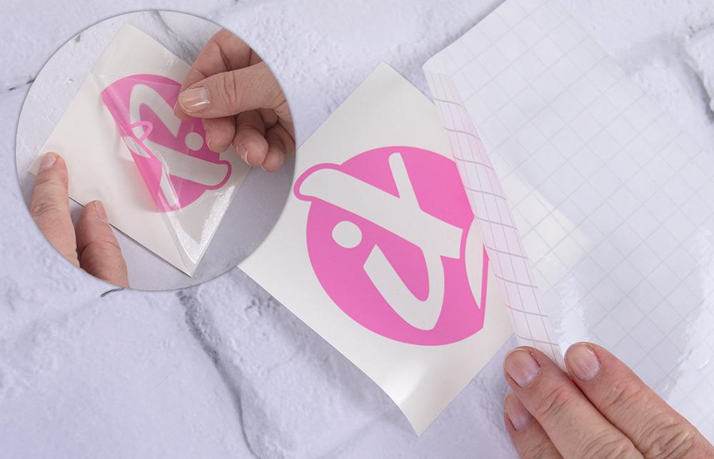 Nun Bringen Sie die Transferfolie auf Ihre Vinylfolie an. Somit können Sie auch komplexe Motive in einem Schritt übertragen.