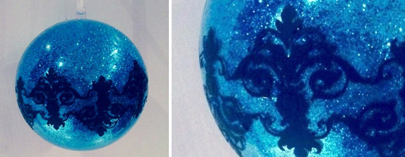 Schimmernde blaue Acrylkugel mit schwarzem Muster